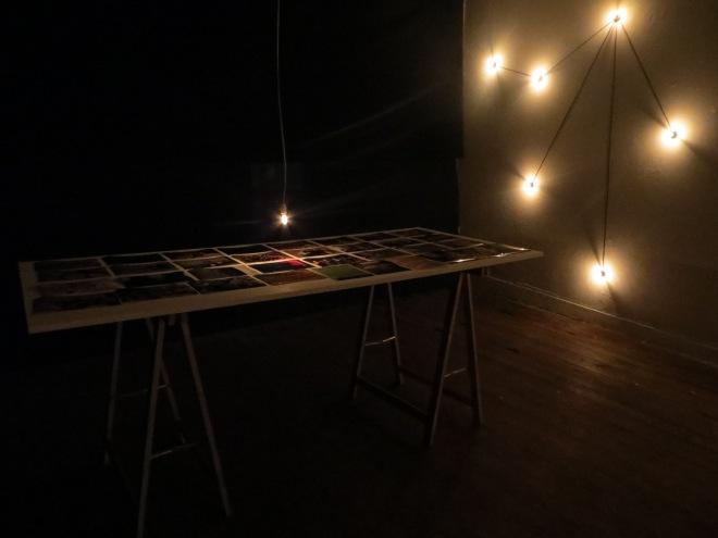 CONSTELAÇÕES COLETIVO LAB Instalação com 25 lâmpadas, mesa e fotografias dos 25 projetos do Constelações. 2013
